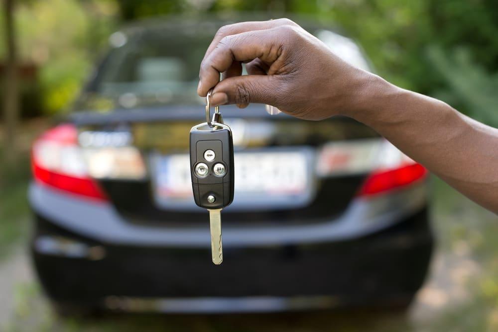 kluczki do auta w ręce