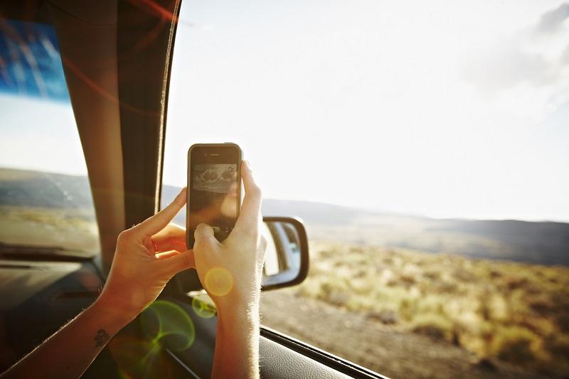 kobieta robi zdjęcia w podróży